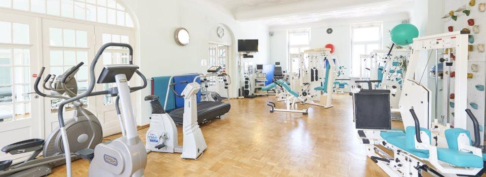 Gerätegestützte-Krankengymnastik-im-Saal