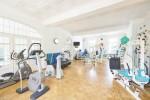 Gerätegestützte Krankengymnastik im Saal